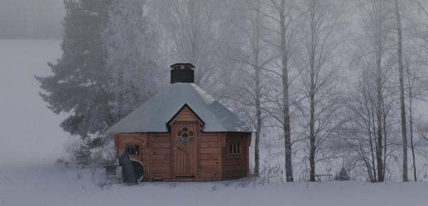 Finnlandhaus-Original-finnische-Kota-im-Schnee